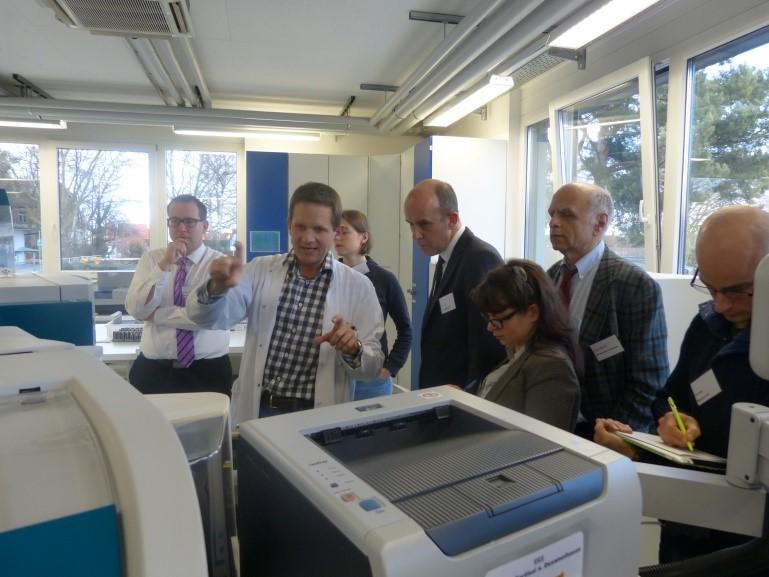 workshop: innovative loesungen fuer laborautomatisierung gaeste am drucker