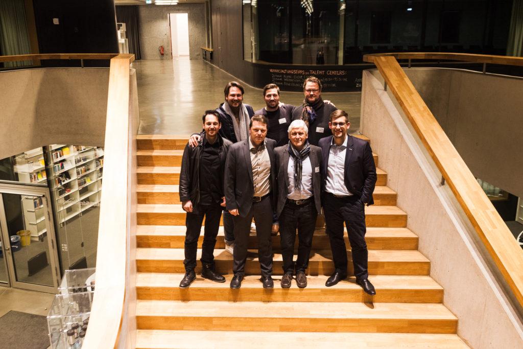 fuck up night friedrichshafen gruppenfoto auf der treppe